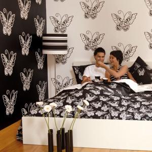 W małżeńskiej sypialni sprawdzą się dekoracje o romantycznym charakterze. Należy wykorzystywać je z umiarem pamiętając, że mężczyzna nie musi być miłośnikiem takich detali. Na zdjęciu: tapeta z serii Madam Butterfly marki JVD. Fot. JVD.