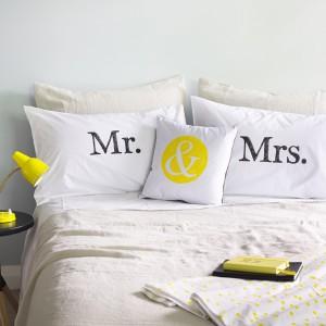 Poduszki z charakterystycznymi napisami podzielą miejsce w łóżku, jak również wprowadzą do sypialni uroczy humor. Fot. Art Room Limited.