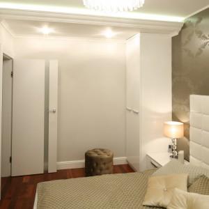 Niewielką szafę w formie prostopadłościanu ustawiono w rogu pomieszczenia, naprzeciw drzwi. Niewielkie rozwiązanie służy do przechowywania niezbędnych w sypialni elementów garderoby. Projekt: Karolina Łuczyńska. Fot. Bartosz Jarosz.