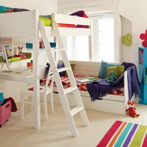 W niewielkich wnętrzach znakomitym rozwiązaniem jest łóżko piętrowe. Zajmuje względnie niewiele miejsca, a pociechom zapewnia intymność, jak również inspiruje do wesołej zabawy. Fot. Aspace.