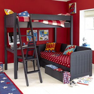 W małych przestrzeniach sprawdzą się meble wielofunkcyjne, np. łóżko piętrowe z niewielkim blatem, pełniącym role biurka. Fot. Aspace.
