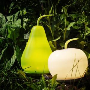 Lampy podłogowe LED z kolekcji Solviden w kształcie jabłka i gruszki. Lampa na baterie, nie wymaga więc żadnych kabli ani wtyczek, przez co jest łatwa w użyciu. Do kupienie w sklepach IKEA. Fot. IKEA.