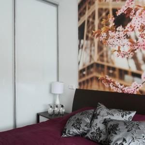 W koncepcję przełamywania bieli romantycznym kolorem wpisuje się także narzuta na łóżko w odcieniu czerwonego wina. Projekt: Anna Maria Sokołowska. Fot. Bartosz Jarosz.
