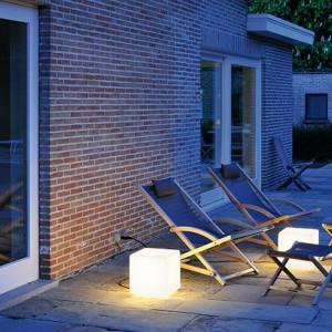Stojąca lampa DETT o kubistycznym kształcie wprowadza do ogrodu delikatne, rozproszone światło.  Lampa widoczna na zdjęciu dostępna jest w ofercie marki Spotline. Fot. Spotline.