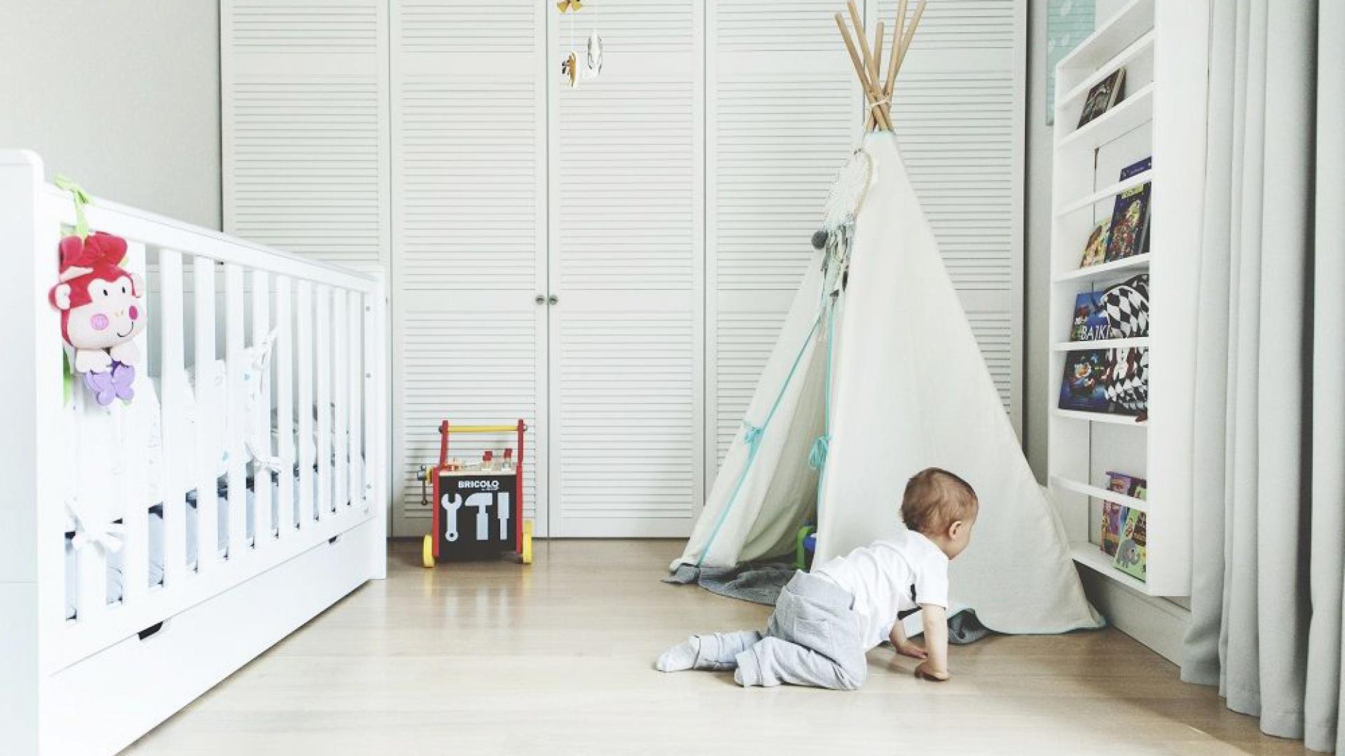 Styl skandynawski jest przemyślany i bardzo funkcjonalny. Jasny, minimalistyczny wystrój ma za zadanie rozjaśnić i ocieplić wnętrze, dzięki czemu w pokoju dziecka zawsze będzie dużo światła i przestrzeni. Fot. Pinio.