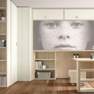Skandynawski zestaw mebli dla ucznia zdobią oryginalne fronty z podobizną małej gospodyni. Uroku wnętrzu dodaje oryginalna dekoracja ściany, pełniąca rolę praktycznego schowka na drobiazgi. Fot. Lagrama.