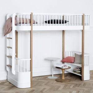 Prosta forma nie wyklucza pomysłowych rozwiązań. Łóżko na antresoli łączy w sobie funkcje miejsca do spania, zabawy oraz nauki. Mebel dostępny w sklepie Cuckooland. Fot. Cuckooland.