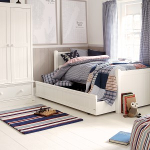 W pokoju w stylu skandynawskim liczba ozdobnych dodatków oraz mebli ograniczona jest do minimum. Dekorację samą w sobie stanowią rzeczy małego gospodarza. Fot. Aspace.