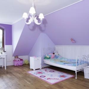 Pokój dziewczynki w angielskim stylu. Urocze wnętrze na poddaszu