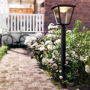 Lampa zewnętrza Cottage dostępna w ofercie marki Philips reprezentuje styl tradycyjny. Podstawa wykonana została z proszkowanego aluminium, a szyby z tworzywa sztucznego. Fot. Philips.