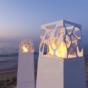 Biokominek Pyramid o prostej, ażurowej formie wprowadza przyjemny kontrast między obudową a płomieniami. Dostępny w ofercie marki Planika. Fot. Planika.