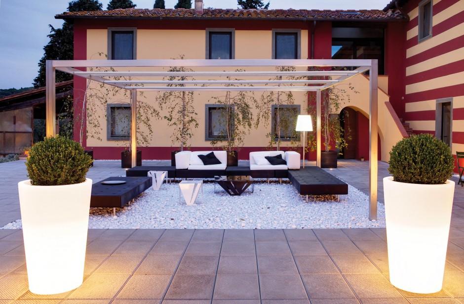 Duże, podświetlane donice Wenus to połączenie funkcjonalności i nowoczesnego stylu. Prezentują się niesamowicie. Do wyboru mamy różne wielkości. Donice dostępne są w ofercie firmy Slide, do kupienia w sklepie Square Space.pl. Fot. Slide.