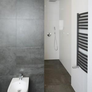 Praktyczną strefę prysznica zaprojektowano we wnęce. Fot. Bartosz Jarosz.