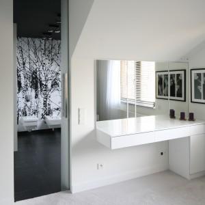 Prywatną strefę gospodarzy uzupełnia łazienka utrzymana w tej samej stylistyce i kolorystyce co sypialnia. Fot. Bartosz Jarosz.