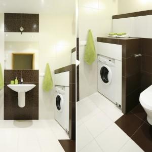 Pralka została zabudowana, by wnętrze łazienki było w pełni użyteczne i wygodne. Dzięki temu powstały dodatkowe półki, które w małej łazience są na wagę złota. Projekt: Marta Kilan. Fot. Bartosz Jarosz.