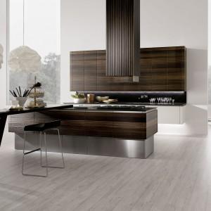 Kuchnia Neos to architektoniczne dzieło sztuki, będące połączeniem awangardy, atrakcyjnej estetyki i funkcjonalnego designu. Fronty wykończone fornirem w odcieniu ciemnego dębu. Fot. Rational.