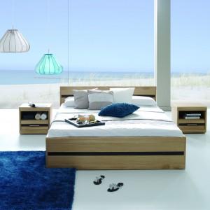 Meble z kolekcji Volare to propozycja do minimalistycznej sypialni. Kolor naturalnego dębu w połączeniu z poziomymi żłobieniami w odcieniu gorzkiej czekolady nadaje meblom wyjątkowego charakteru. Fot. Meble Matkowski.