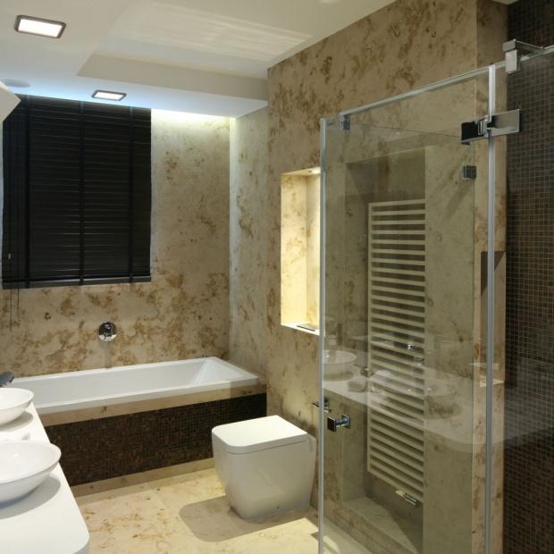 Łazienka w beżach i brązach - 20 pomysłów architektów