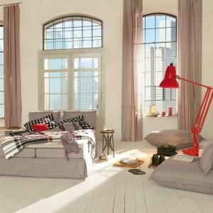 Nowoczesny zestaw mebli do sypialni Weiss marki Tom Tailor wykończony beżową tkaniną przypominającą len. Nada wnętrzu naturalnej lekkości a przy tym modny wygląd. Komplet, który tworzy dwuosobowe łóżko oraz dwa siedziska, idealnie sprawdzi się w małżeńskiej sypialni. Fot. Tom Tailor.