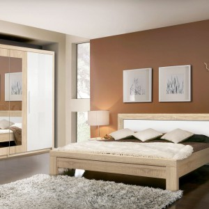 Sypialnia Julietta marki Forte to połączenie prostej formy i modnego zestawienia bieli z jasnym drewnem. Atutem jest także cena: niecałe 2 tysiące złotych. Fot. Meble Forte.