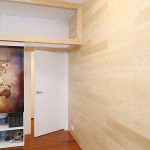Dzięki temu, ze ściany wyłożono jasną boazerią, pokój jest nowoczesny i przytulny, a przy tym panuje w nim korzystny mikroklimat. Projekt: Katarzyna Kiełek, Agnieszka Komorowska-Różycka. Fot. Bartosz Jarosz.