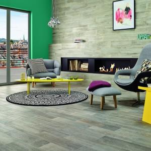 Płytka naścienna Tilia imituje naturalny dekor drewna. Jest dostępna również w ciemniejszych odcieniach. Cena: ok. 73 zł/m². Fot. Cerrad.