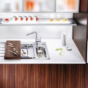 Stalowy zlewozmywak Axis II 6 S-IF Steamer System marki Blanco. Z akcesoriami, których można używać do przygotowywania dań na parze, a także do odsączania, rozmrażania czy płukania produktów. Drewniana deska przystosowana do krojenia bezpośrednio na zlewozmywaku (resztki można zsuwać do komory). Cena: 4.599 zł. Fot. Blanco/Comitor.