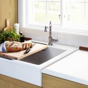 Jednokomorowy zlew ceramiczny Domsjö z oferty IKEA doskonale prezentuje się w klasycznych kuchniach. Parę dla niego stanowi bateria Glittran stylizowana na styl retro. Cena: 639 zł. Fot. IKEA.