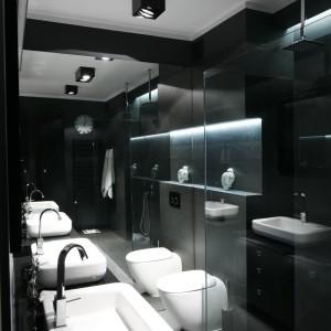Do czerni świetnie pasują proste formy. Ciekawym elementem jest otwarta kabina prysznicowa, zaś lekkości dodają łazience pasy led poprowadzony we wnęce nad wc oraz nad strefą prysznica. Projekt: Maciejka Peszyńska-Drews. Fot. Bartosz Jarosz.