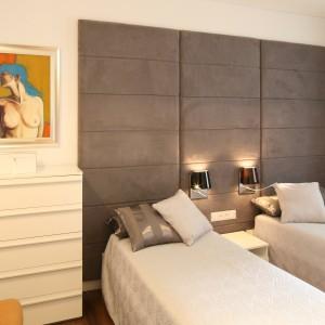 Z uwagi na turystyczny charakter mieszkania nad morzem zdecydowano się na dwa osobne łóżka. Łączy je jednak powierzchnia tapicerowanej ściany, pełniąca rolę wspólnego zagłówka. Projekt: Małgorzata Galewska. Fot. Bartosz Jarosz.