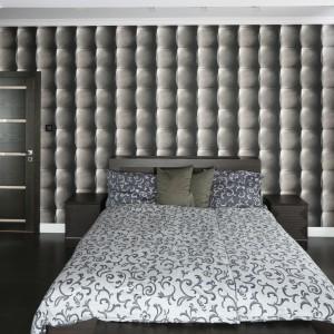 Tapicerowana ściana za łóżkiem to efektowne, lecz dość kosztowne rozwiązane. Znacznie tańszą alternatywą jest tapeta imitująca tę ciepłą, materiałową dekorację widoczna na zdjęciu. Projekt: Karolina Łuczyńska. Fot. Bartosz Jarosz.