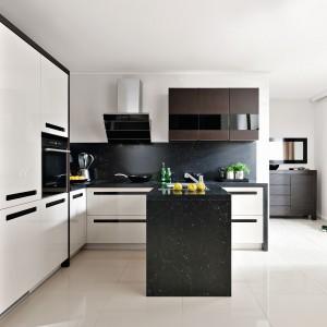 Biel i czerń można łączyć z innymi kolorami, np. brązem drewna. Blaty jak czarny marmur nadają kuchni elegancki charakter. Fot. Black Red White, kuchnia Senso Kitchens Emotion Majo.