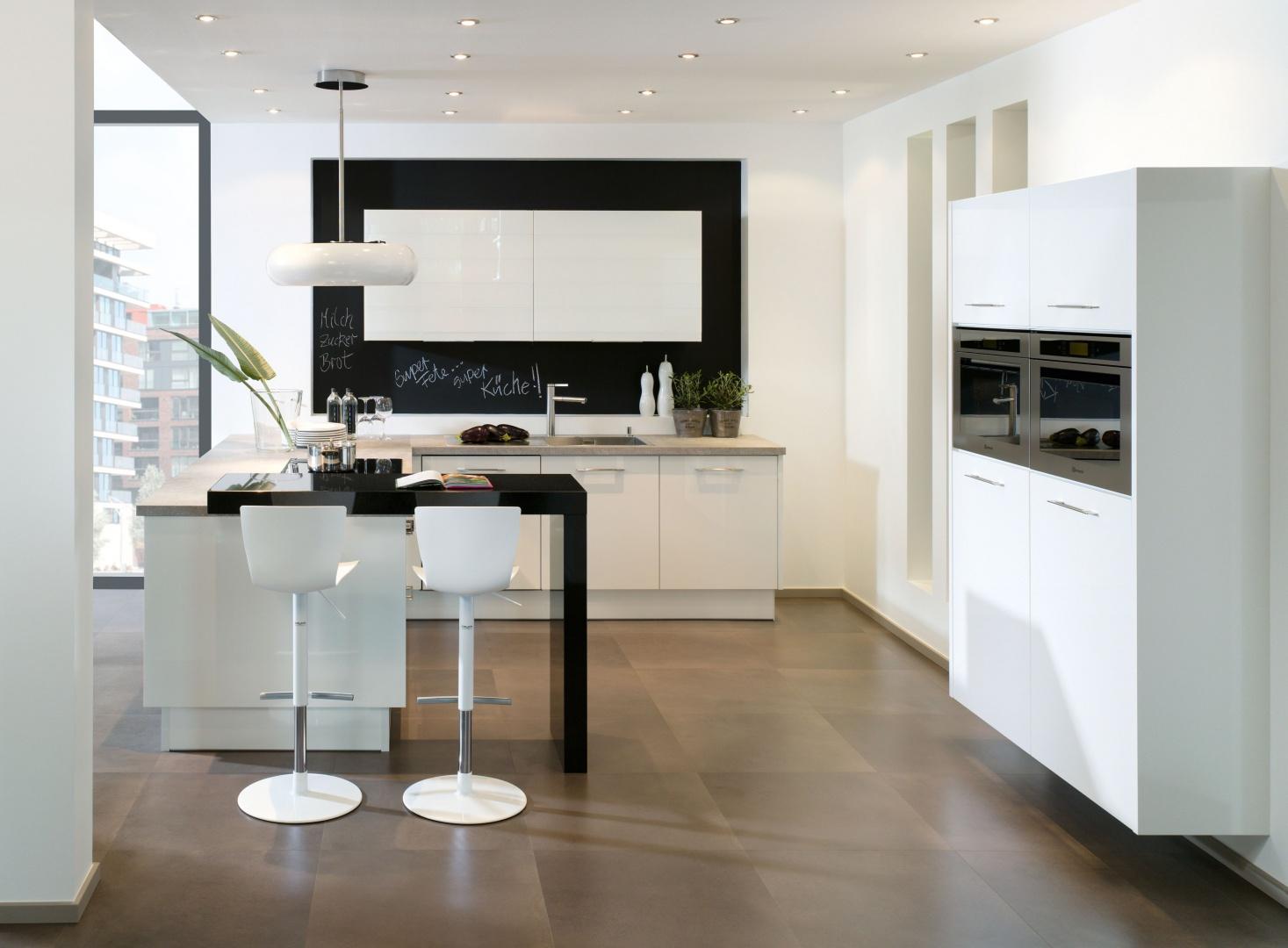 Biała kuchnia z czarnym blatem Sposób na eleganckie wnętrze  Galeria  Dobr