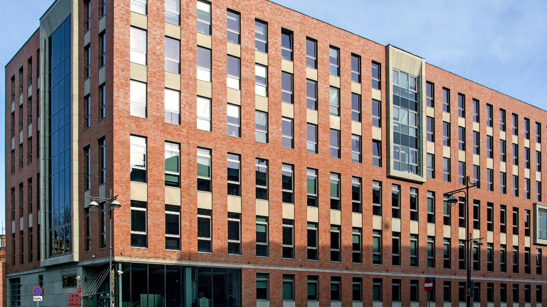 Nowa siedziba Sądu Rejonowego Wrocław-Fabryczna ma powierzchnię 6.570 m2 oraz siedem kondygnacji: podziemie, parter i pięć pięter. W piwnicy znajduje się archiwum z przesuwnymi szafami, których regały pomieszczą ponad 9,8 tys. metrów bieżących akt. Fot. Röben