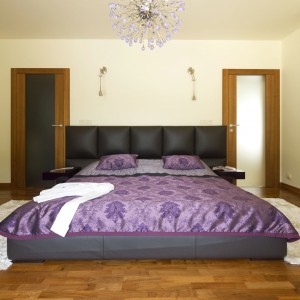 W tej sypialni lampa sufitowa przypomina kształtem i kolorem kwiat ostu. Jest także największa dekoracją nowoczesnej sypialni. Projekt: Tomasz Tubisz. Fot. Przemysław Andruk.