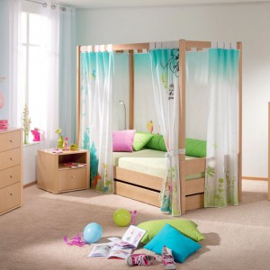 Łóżko z baldachimem to marzenie chyba każdej małej dziewczynki. Tkanina zawieszona nad łóżkiem daje wrażenie wyjątkowości i poczucie intymności. Meble z kolekcji Variette marki Paidi. Fot. Paidi.