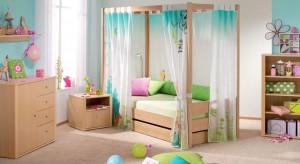 Małe dziewczynki lubią kwiatki, różowy kolor i łóżko z baldachimem. Zobaczcie, jak z wykorzystaniem tych i innych detali urządzić śliczny pokój dla kilkuletniej córki.