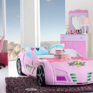 Pokój w stylu Barbie pozwoli małej dziewczynce poczuć się jak prawdziwa gwiazda. Największą atrakcją dla gospodyni oraz jej koleżanek z pewnością będzie łóżko przypominające samochód. Fot. Kids&Teens.