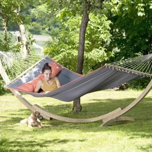 A gdy przychodzi lato najchętniej cały wolny czas spędzalibyśmy w ogrodzie. Organizujemy tak lubiane przez wszystkich posiłki na świeżym powietrzu czy kładziemy się hamaku z ulubioną książką. Fot. Amazonas.