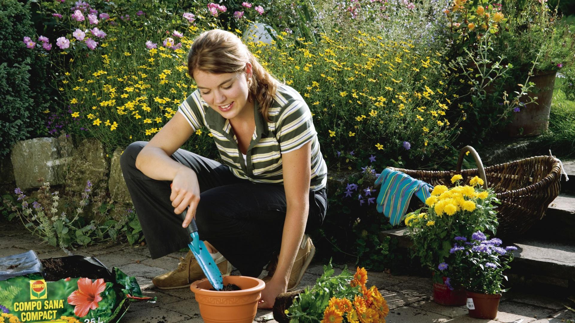 Najlepszą porą na sadzenie kwiatów jest wiosna. Termin sadzenia ma mniejsze znaczenie w przypadku roślin zakupionych w pojemnikach - można je wysadzać przez większą część okresu wegetacyjnego. Fot. Gardena.