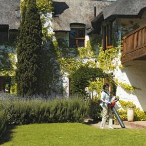 Dla estetyki przydomowej zieleni ważne są nie tylko kwiaty i rośliny, ale także dbałość o porządek. Warto więc na bieżąco pozbywać się zwiędłych kwiatów, skoszonej trawy czy połamanych po burzy gałazek. Fot. Husqvarna.