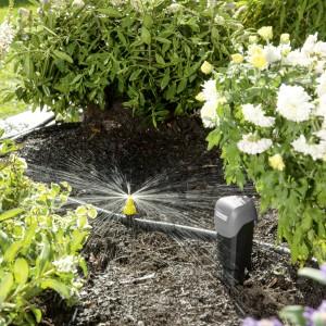 Rośliny, podobnie jak wszystkie stworzenia potrzebują do życia wody. Dlatego, jeśli chcemy by ogród zachwycał pięknem zieleni warto skorzystać z akcesoriów nawadniających, np. Karcher Rain System. Fot. Karcher.