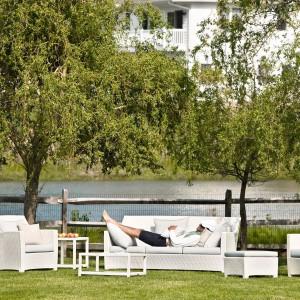 Przygotowując ogród do sezonu zadbajmy o to, by zaaranżować w nim także miejsce do wypoczynku. Kupując meble wypoczynkowe powinniśmy wybrać zestaw, który będzie wygodny oraz skomponuje się ze stylem ogrodu. Zestaw mebli ogrodowych Barcelona marki Dedon. Fot. Dedon.