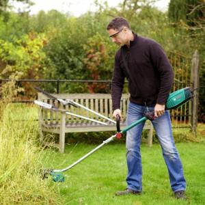 W pielęgnacji ogrodu dużą rolę odgrywa odpowiedni sprzęt. Dobierając narzędzia powinniśmy przede wszystkim właściwie ocenić przydomowy teren oraz nasze możliwości: finansowe i fizyczne. Fot. Bosch.