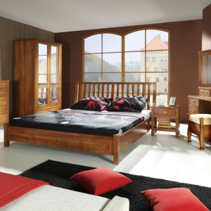 Drewniane meble w klasycznej sypialni jeszcze bardziej podkreślają charakter wnętrza oraz dodają mu szyku. Zestaw mebli Queen marki Uniemebel. Fot. Uniemebel.