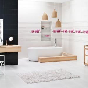 Wykorzystanie drewnianych akcentów sprawiło, że łazienka zyskała niezwykle naturalny, przytulny klimat. Jasne drewno świetnie odnajduje się w minimalistycznych wnętrzach. Tej aranżacji charakteru dodają też płytki z kolekcji Abrila/ Purio marki Paradyż z pięknym, kwiatowym motywem. Fot. Paradyż.