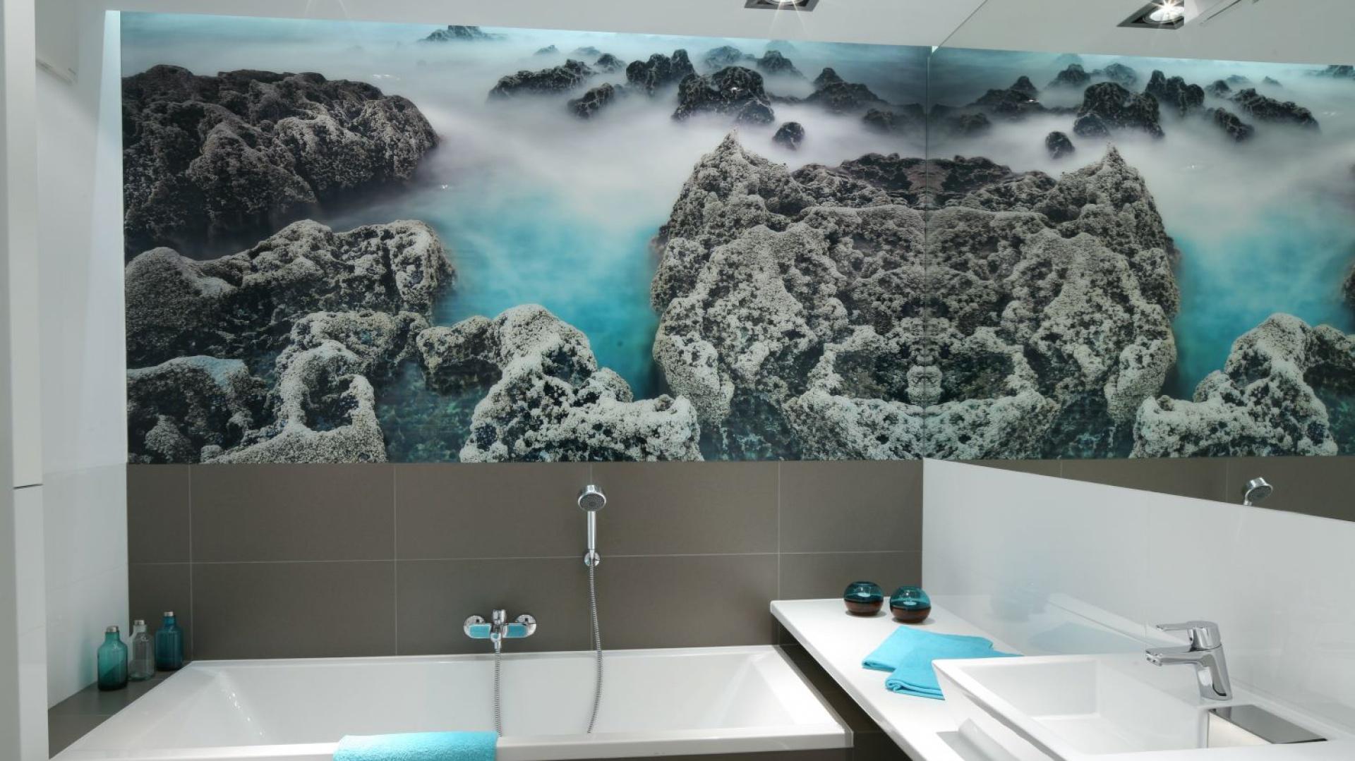 Zabezpieczona szkłem fototapeta ze zdjęciem rafy koralowej kolorystycznie współgra z wystrojem łazienki oraz nadaje jej oryginalny charakter. Projekt: Anna Maria Sokołowska. Fot. Bartosz Jarosz.