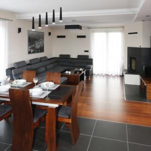 W otwartej strefie dziennej jadalnia stanowi symboliczną granicę między kuchnią a salonem. Projekt: Marta Kilan. Fot. Bartosz Jarosz.