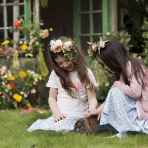 Przebywanie na świeżym powietrzu to znakomita okazja, by nauczyć dziecko obchodzenia się ze zwierzętami domowymi oraz odpowiedzialności za nie. Fot. Dunnes Stores.