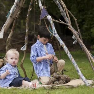 Zabawa w ogrodzie może pobudzić kreatywność dziecka. Ze znalezionych gałęzi można zbudować prowizoryczny szałas, zagrodę dla zwierząt czy inną oryginalną konstrukcję. Fot. Dunnes Stores.